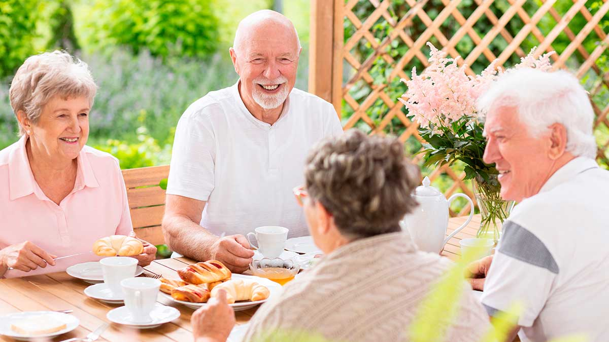 пожилые люди завтракают