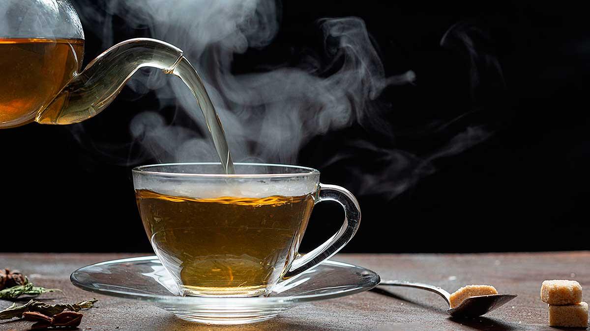 горячий чай наливается в чашку