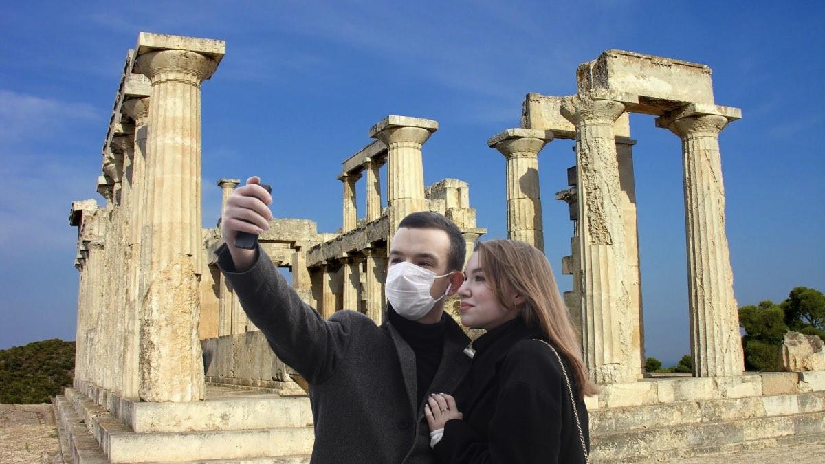 греция и туристы в масках