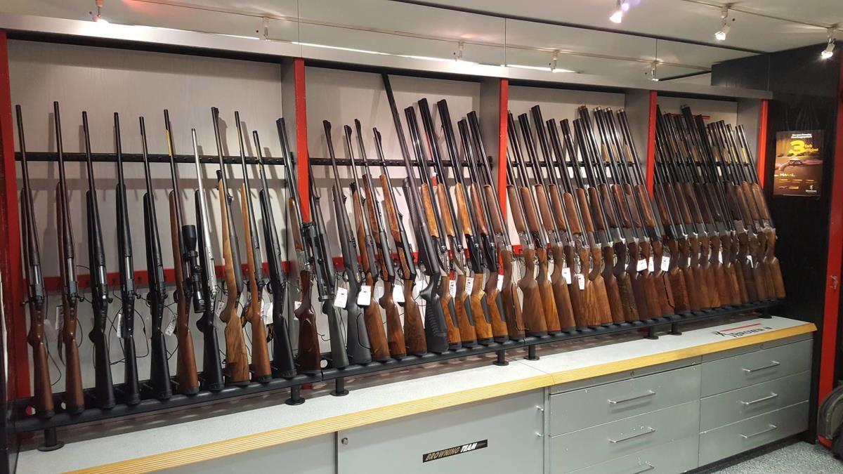 витрина оружейного магазина