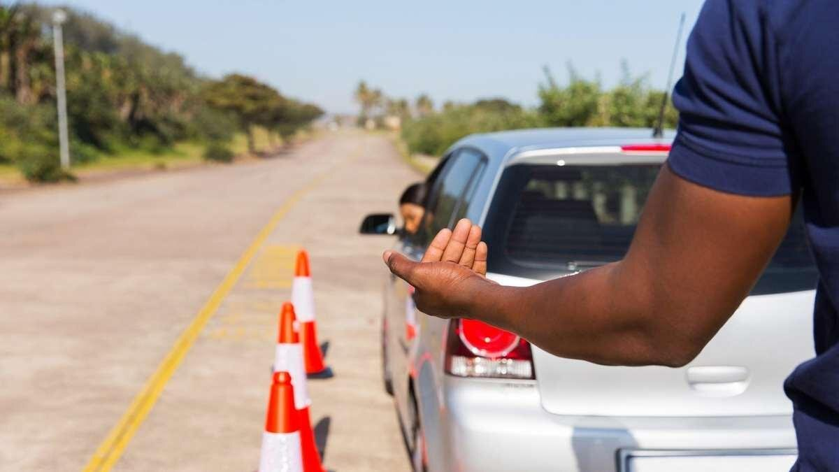 инструктор автошколы учит водителя