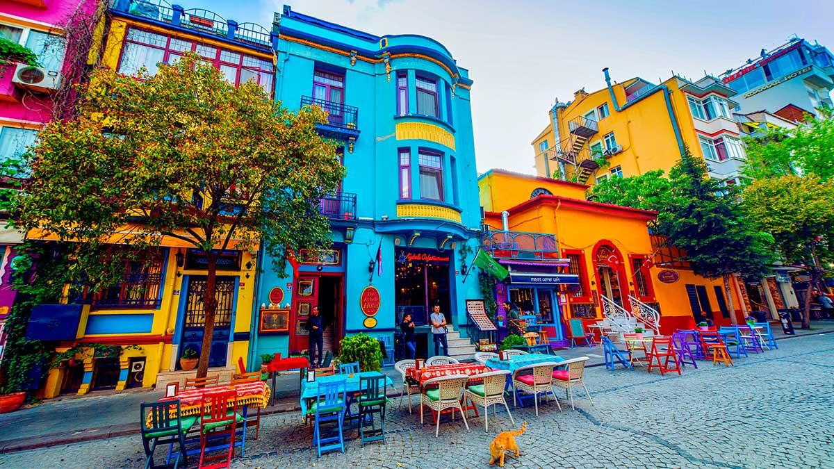 Стамбул Турция улица пустые столики локдаун