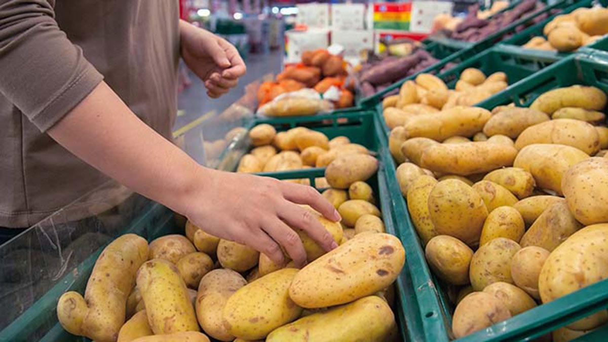 покупатель выбирает картофель