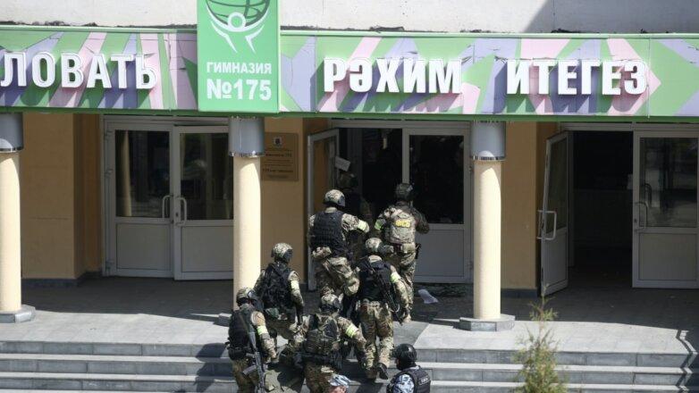 Сотрудники ФСБ у школы № 175, где неизвестные открыли стрельбу