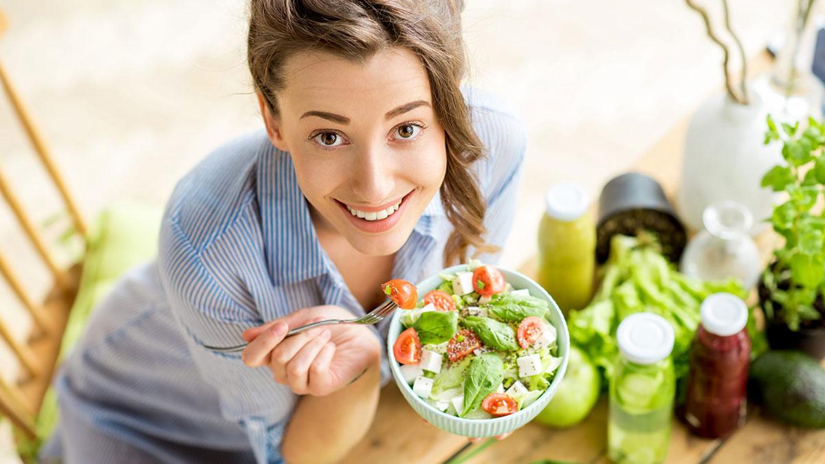 счастливая девушка здоровое питание диета салат
