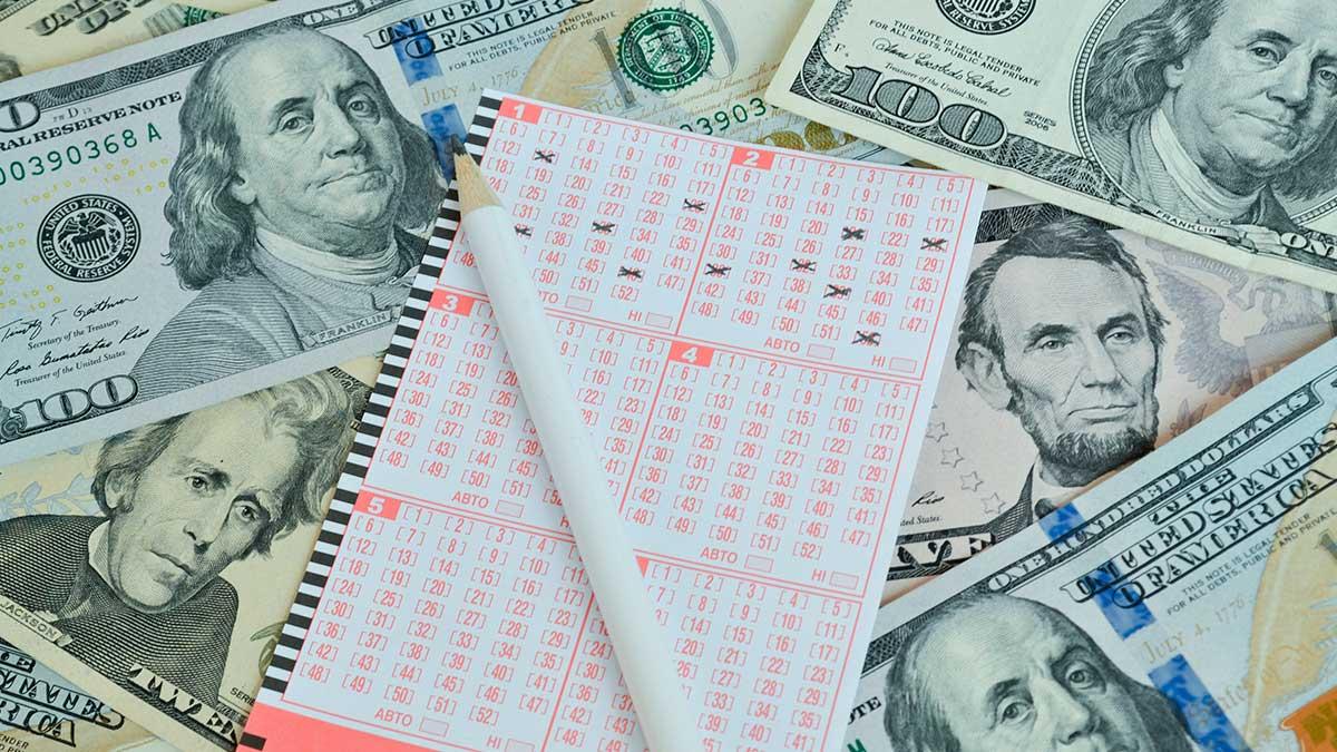 лотерейный билет карандаш доллары купюры