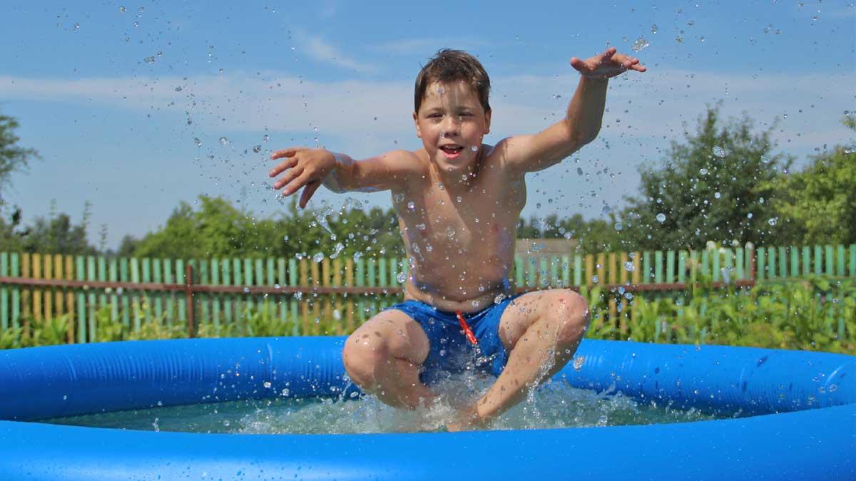 мальчик бассейн