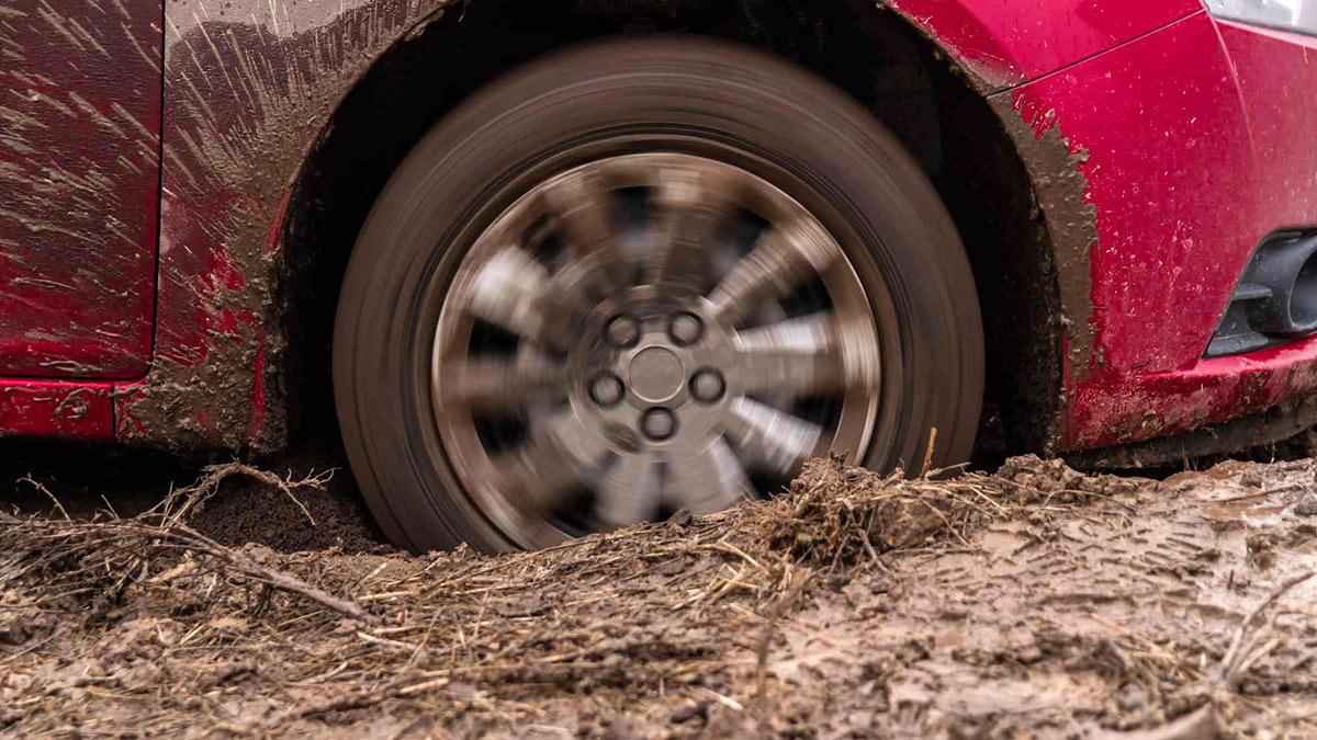 машина застряла буксует в грязи