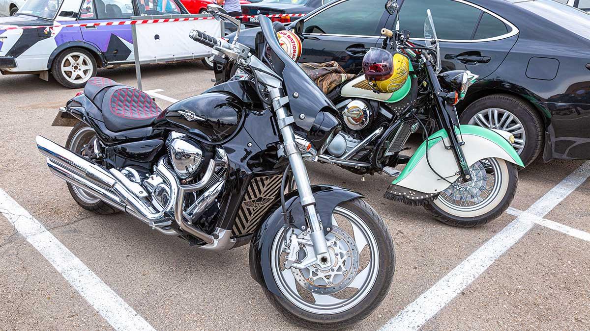 Мотоциклы на парковке