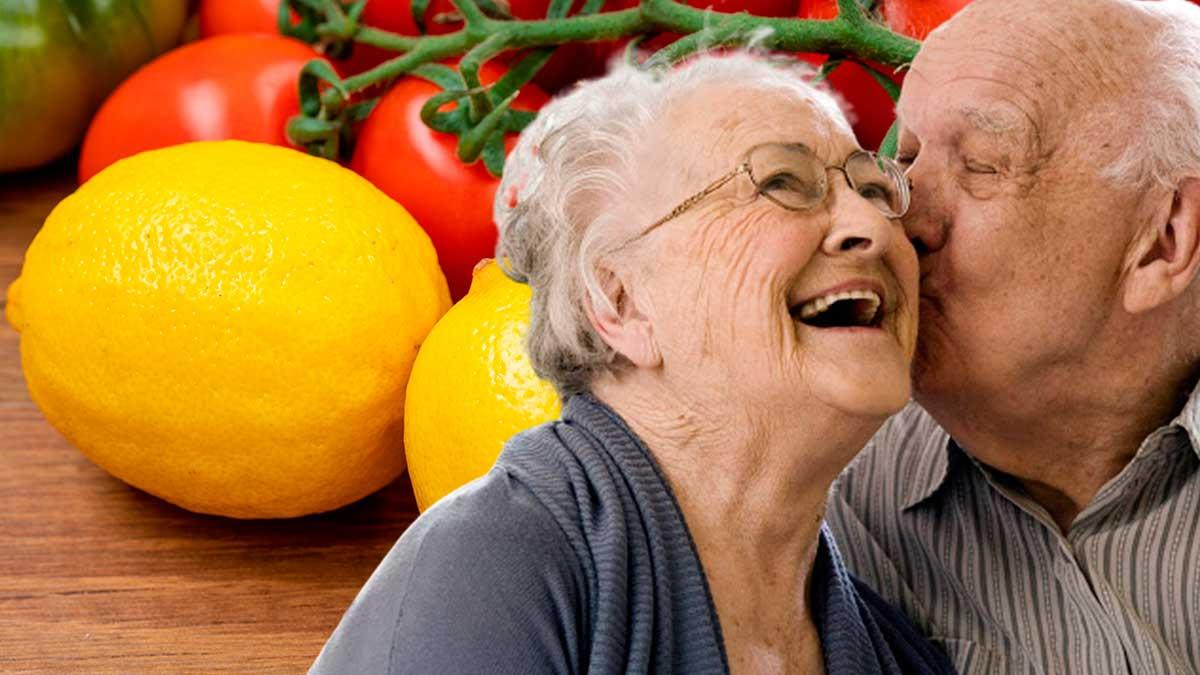 мужчина целует женщину помидоры лимоны