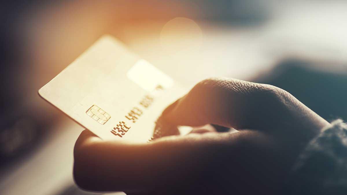 мужчина держит в руках банковскую карту