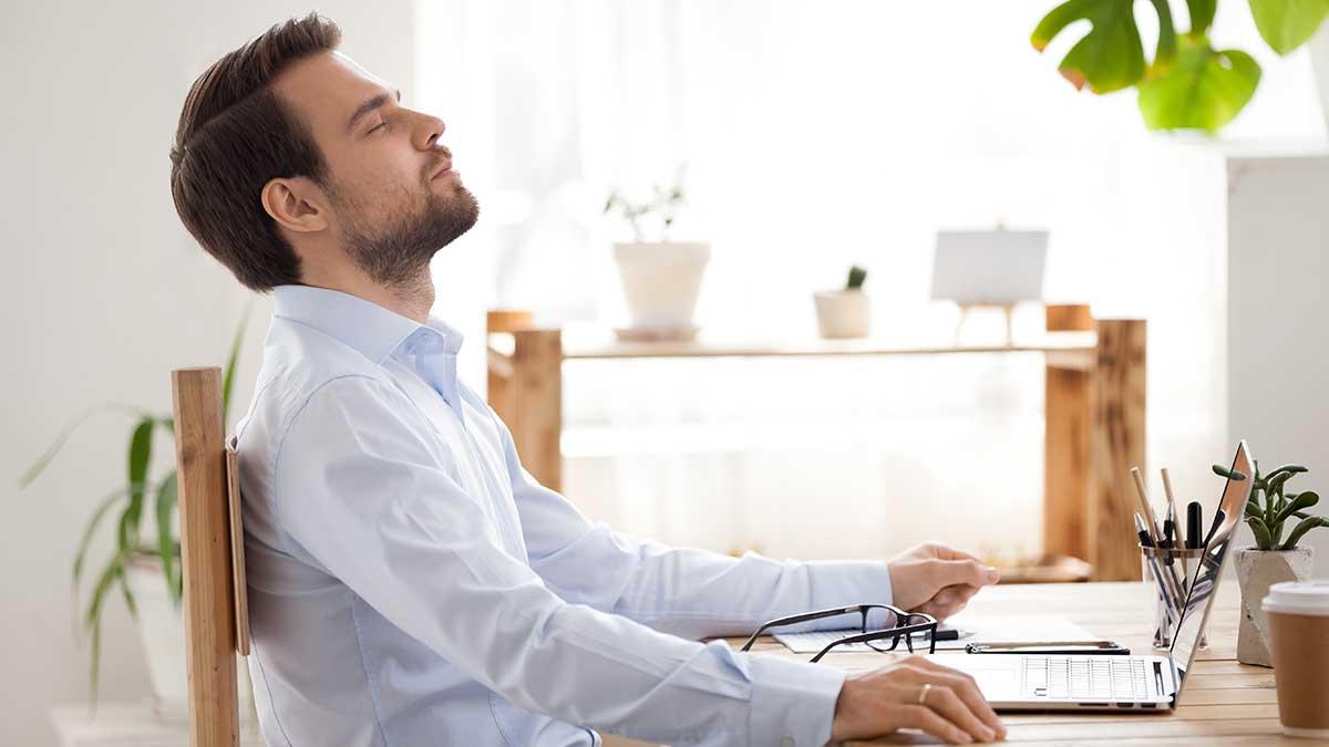 мужчина работает дома ноутбук