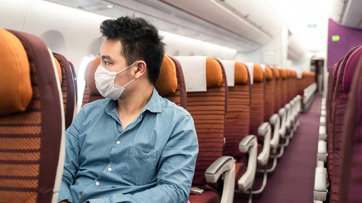 мужчина сидит в начале самолета