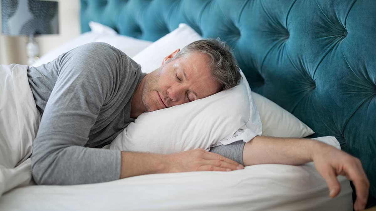 мужчина спит светло кровать