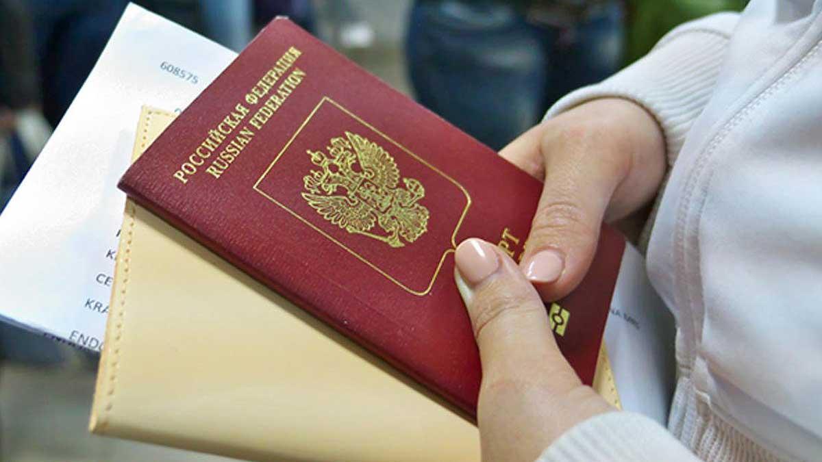 паспорт документы руки женщина