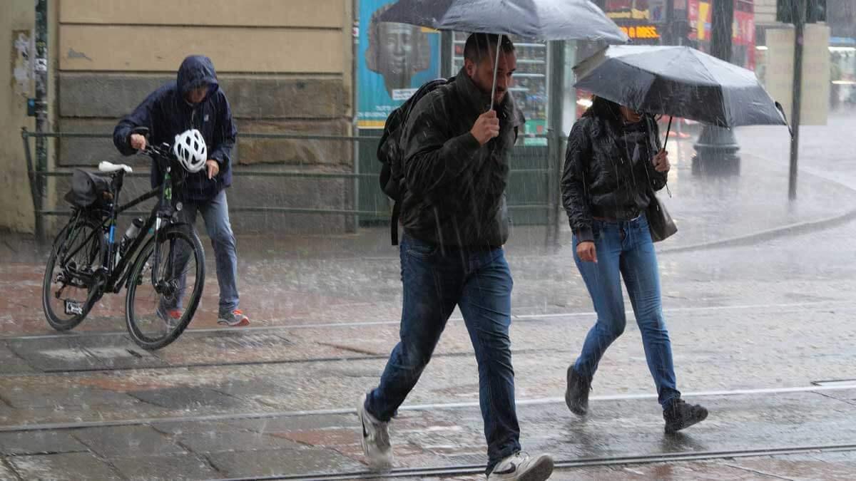 люди улица ливень зонт