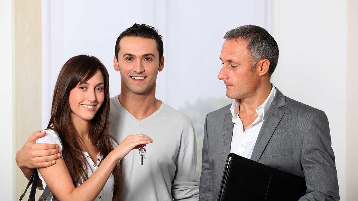 риелтор мужчина женщина ключи квартира покупка
