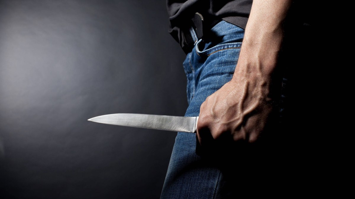 рука мужчины с ножом