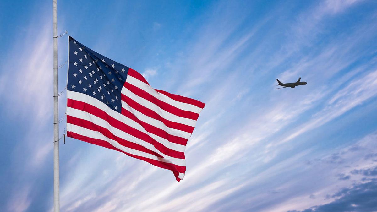 летящий самолет и флаг сша