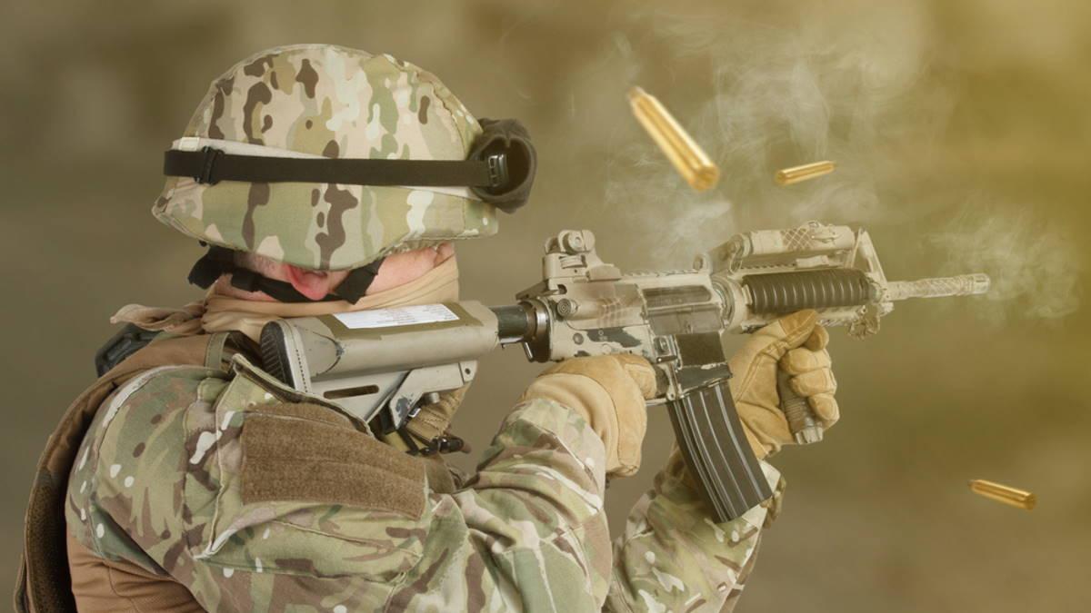 Американский солдат стреляет