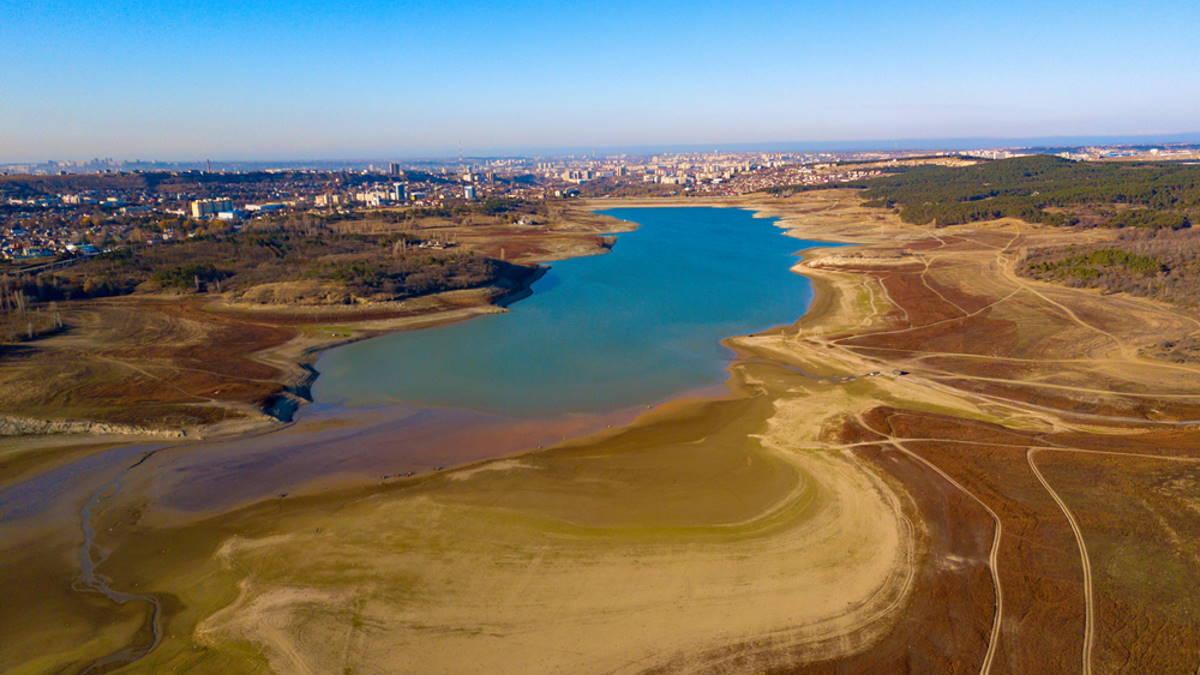 Обмелевшее Симферопольское водохранилище в Крыму