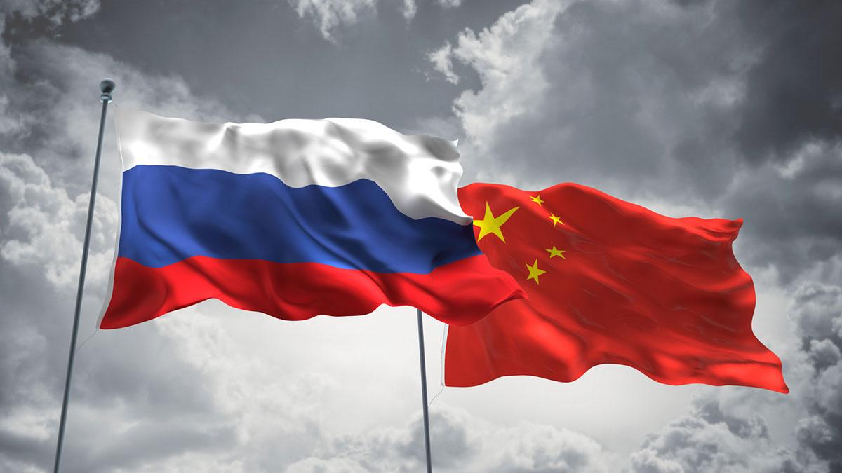 развевающиеся флаги россии и китая