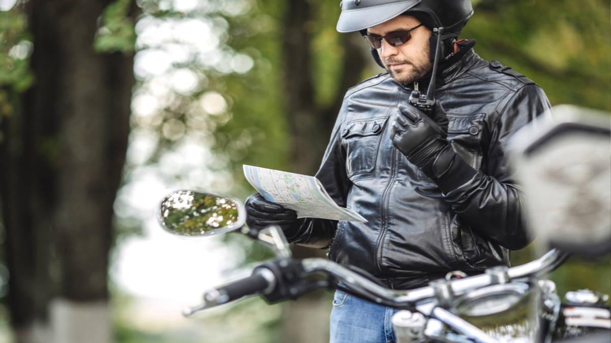 Мотоциклист с картой