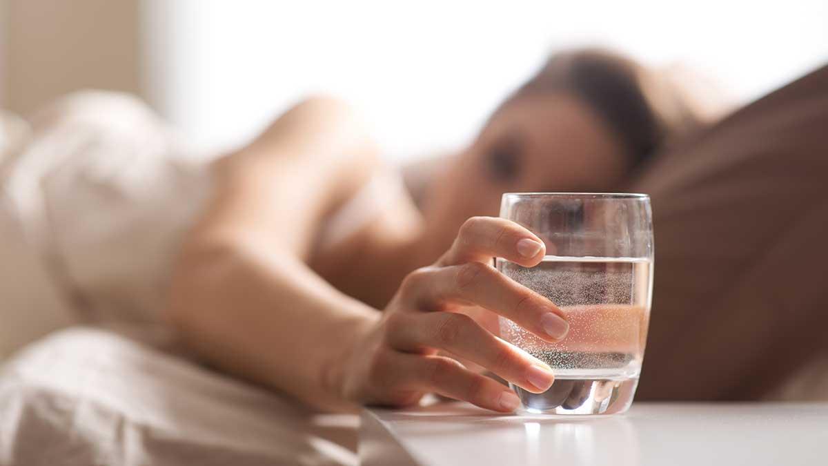 утро стакан с водой девушка кровать