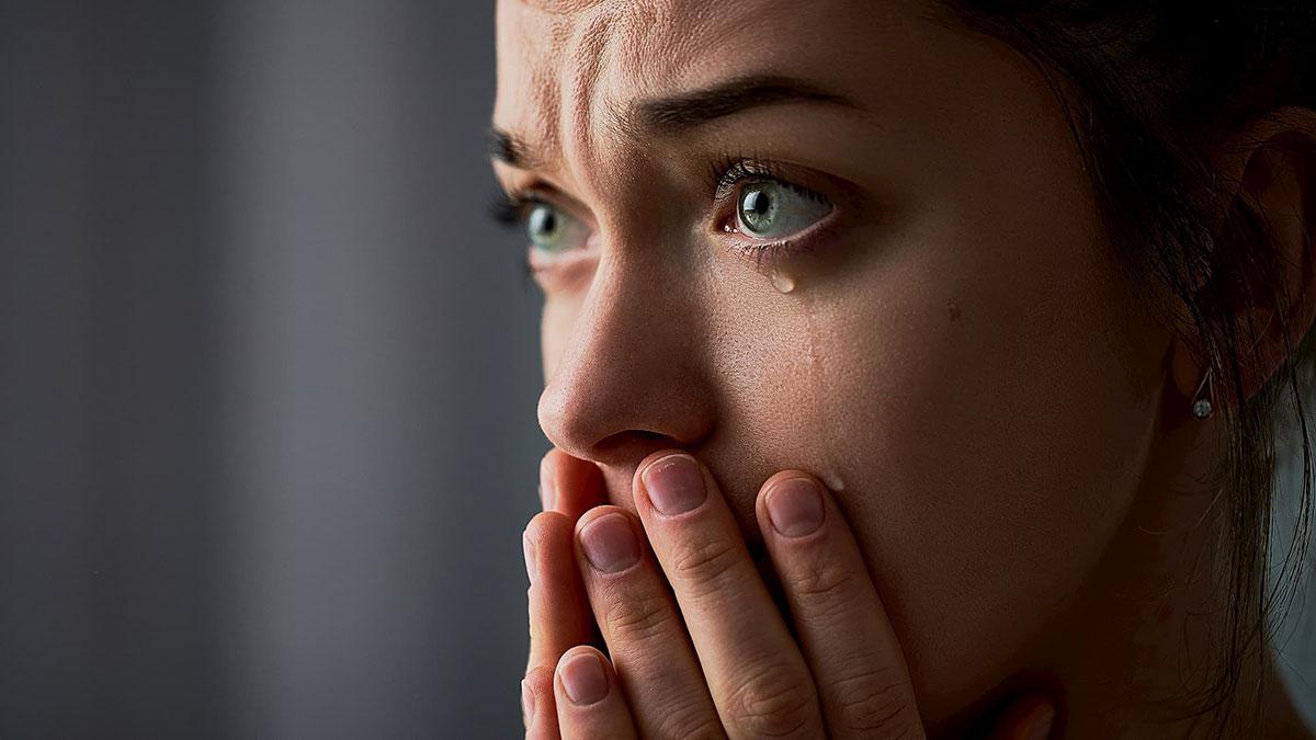 молодая женщина плачет слезы грусть