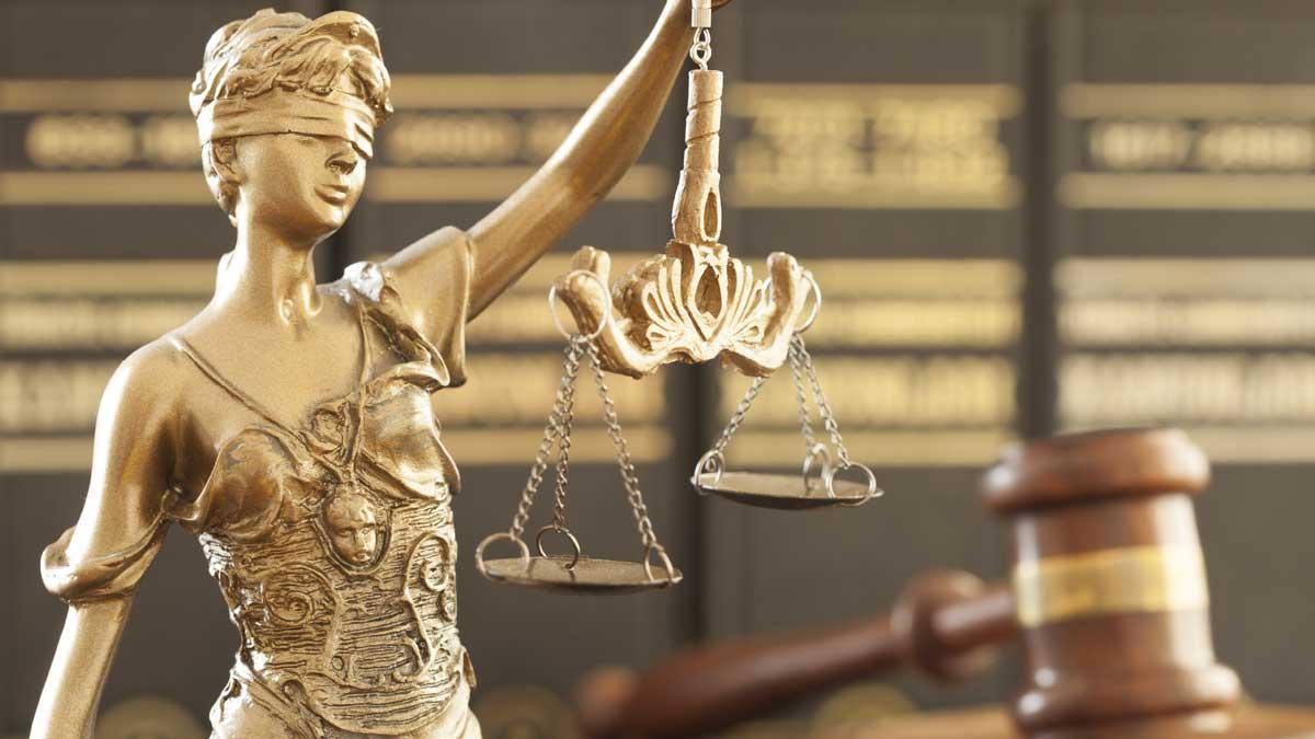 статуя символа закона и справедливости молоток