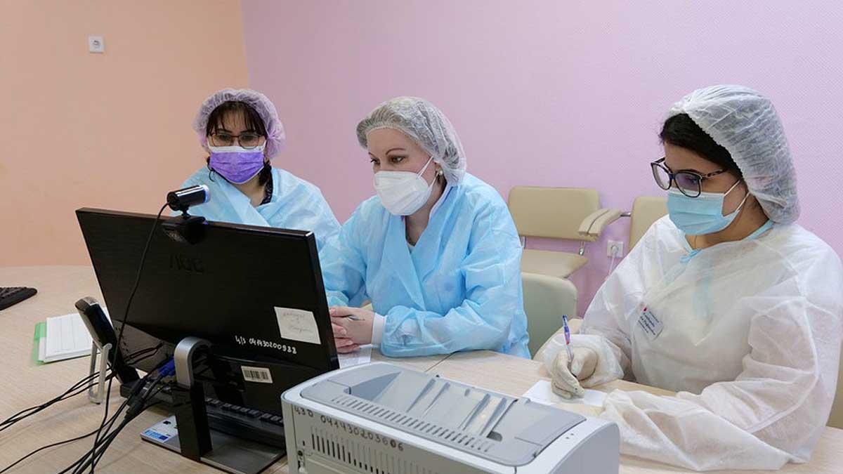 телемедицина женщины врачи монитор