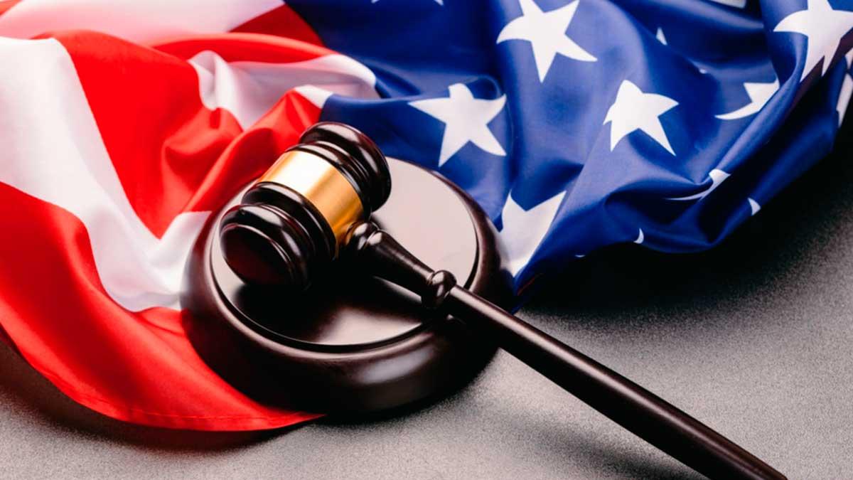 суд США флаг молоток