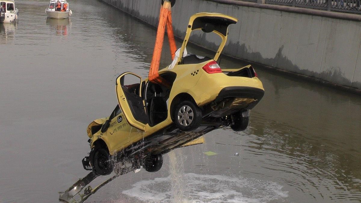 утонувшая машина такси