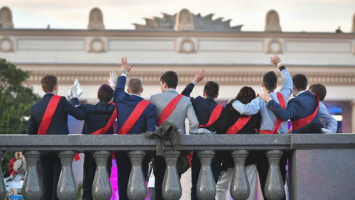 выпускники машут руками парк горького