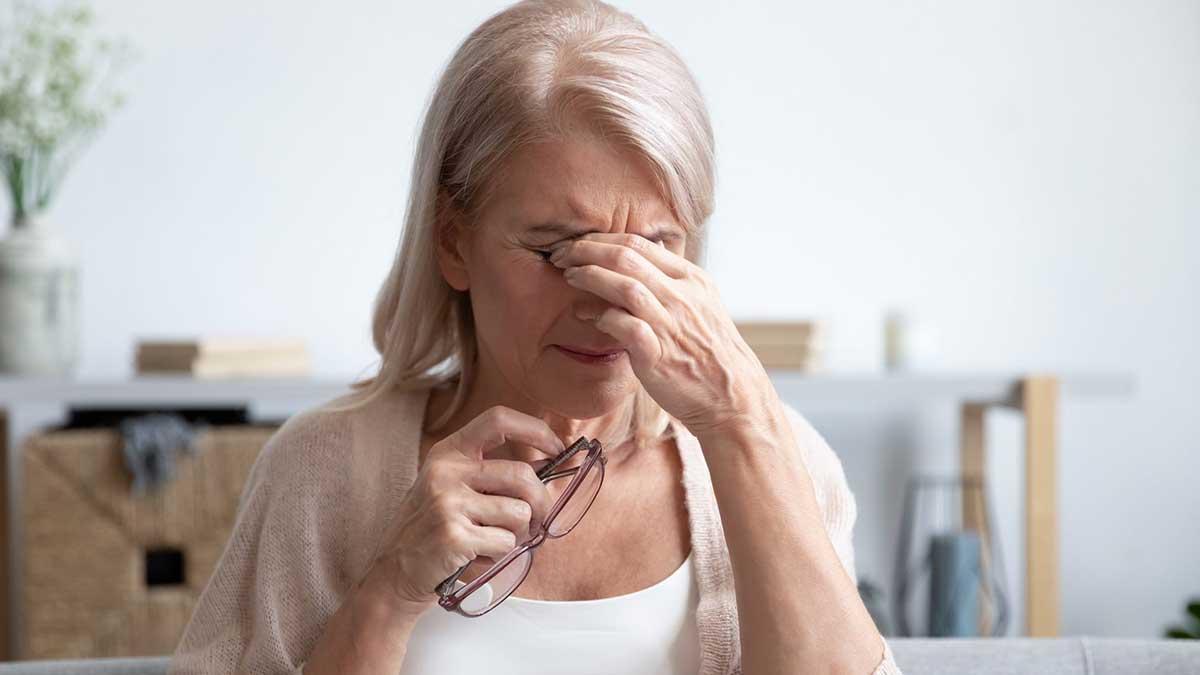 женщина болят глаза очки