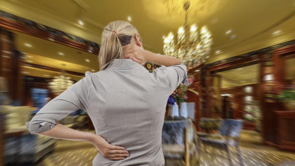 женщина огорчена сервисом отеля