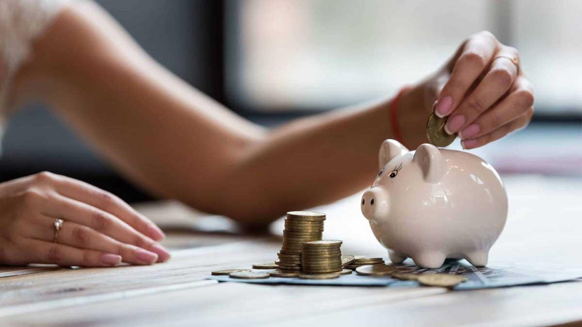 женщина пересчитывает деньги копилка монеты