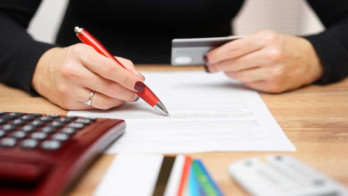 женщина ручка бумага
