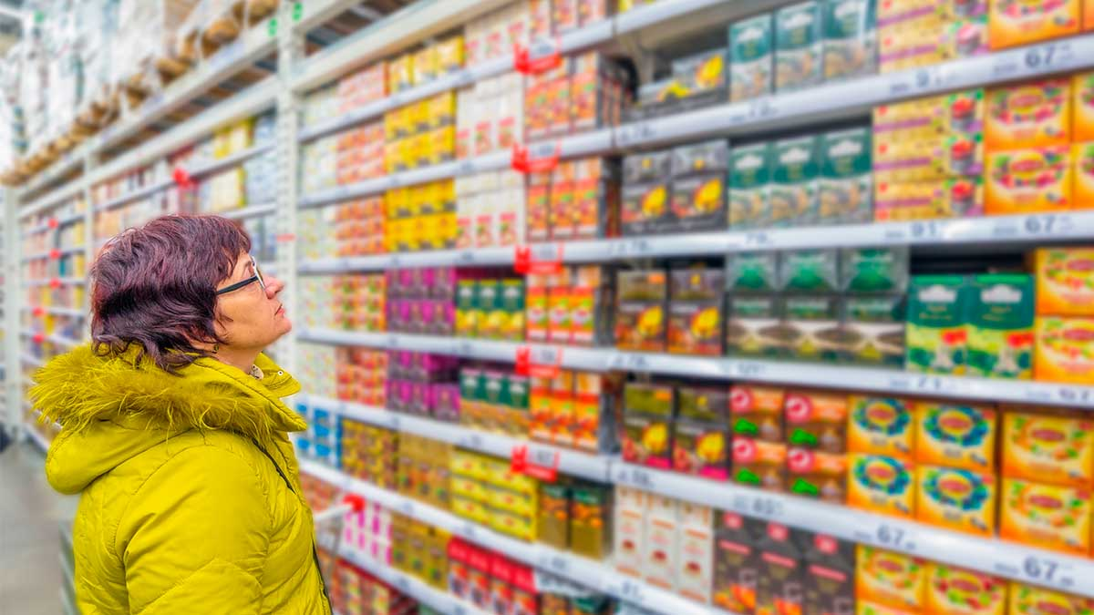 женщина в магазине выбирает чай