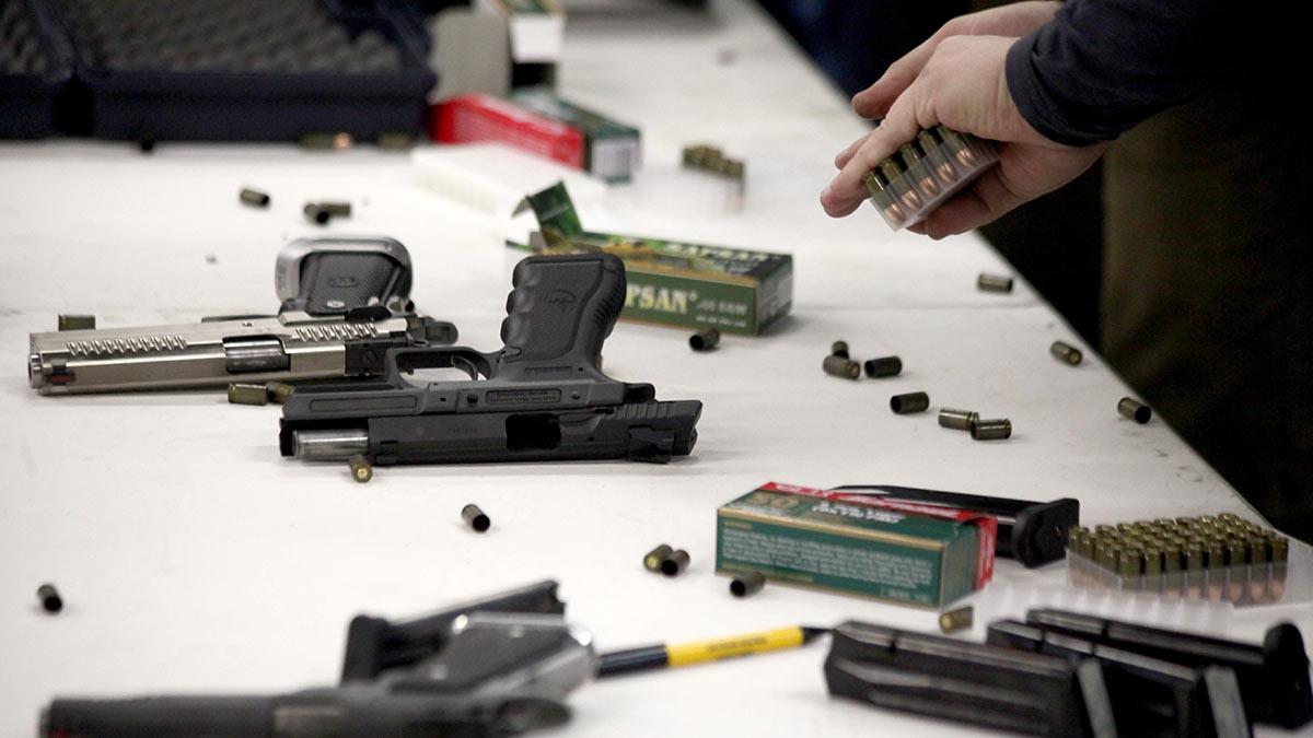 огнестрельное оружие пистолеты и патроны на столе