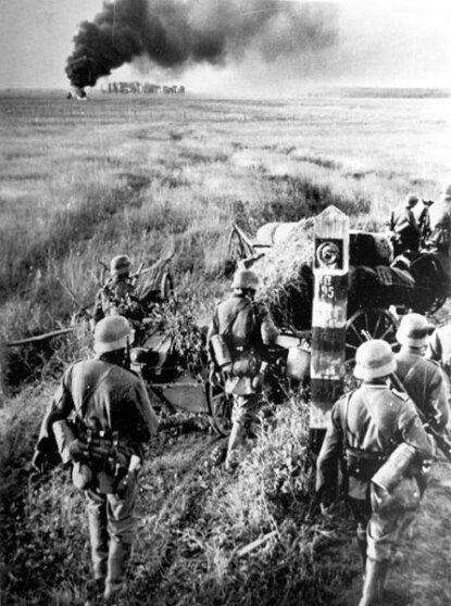 Немецкие войска пересекают советскую границу 22 июня 1941 года