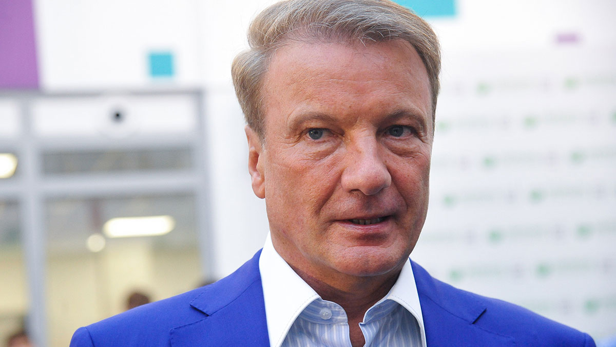 Герман Греф крупный план в синем пиджаке