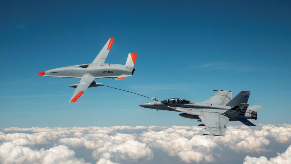 Беспилотник MQ-25A Stingray и истребитель F/A-18