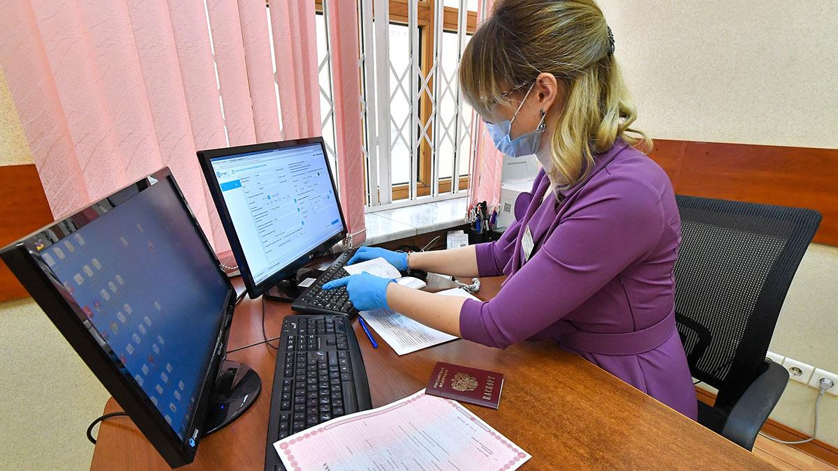 сотрудница ЗАГС за работой оформление документов