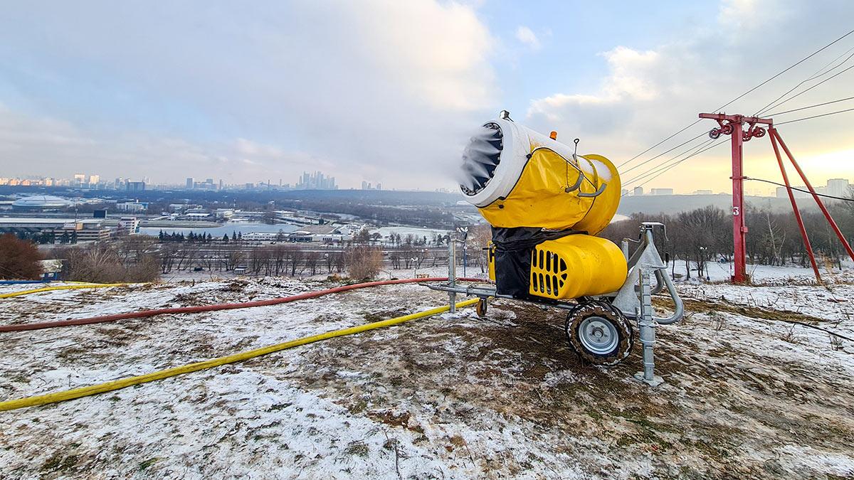Оснежение горнолыжного склона генератором снега на Крылатских холмах