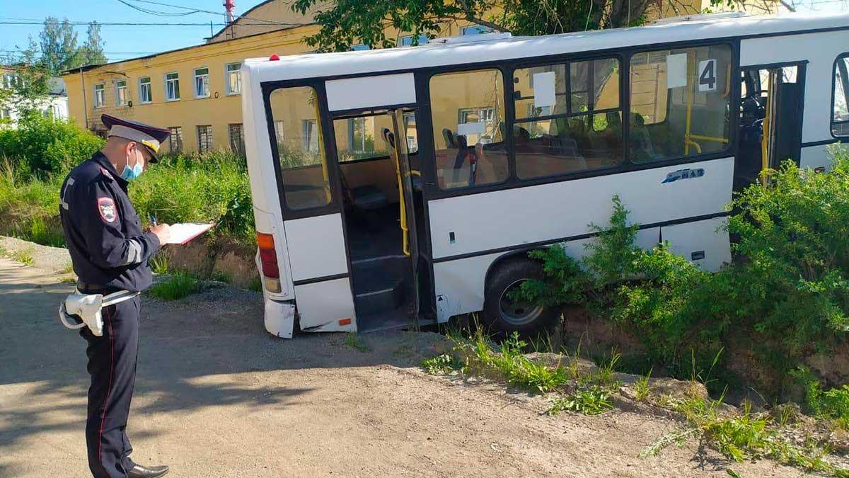 ДТП в Свердловской области автобус полицейский