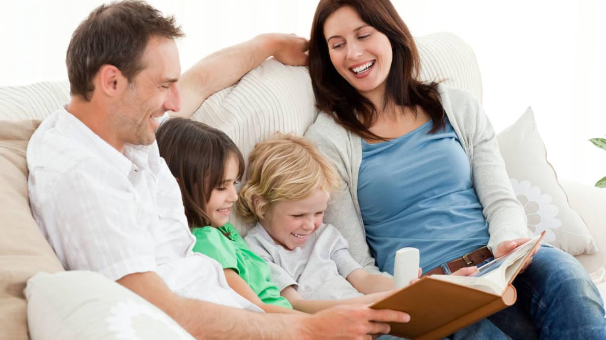 Дети родители смотрят семейный фотоальбом