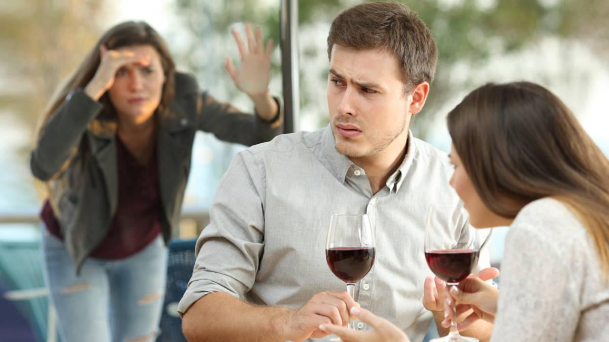 Бывшая девушка шпионит за мужем