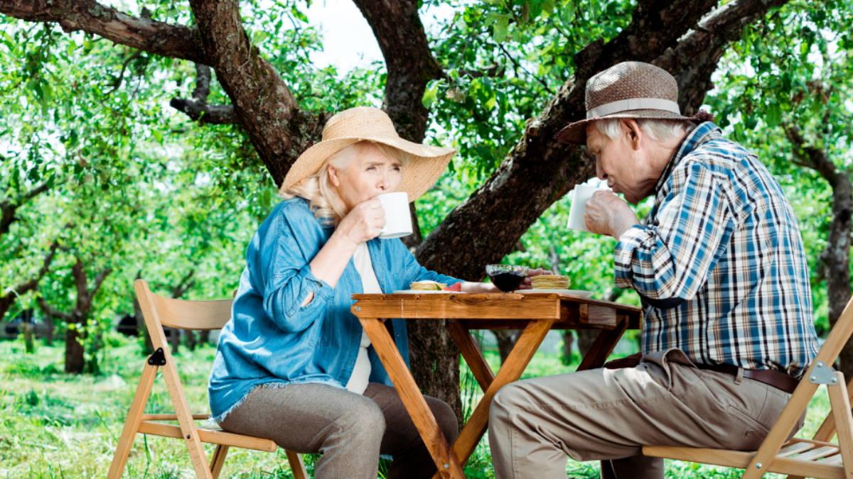 Долголетие пожилая пара пьёт чай