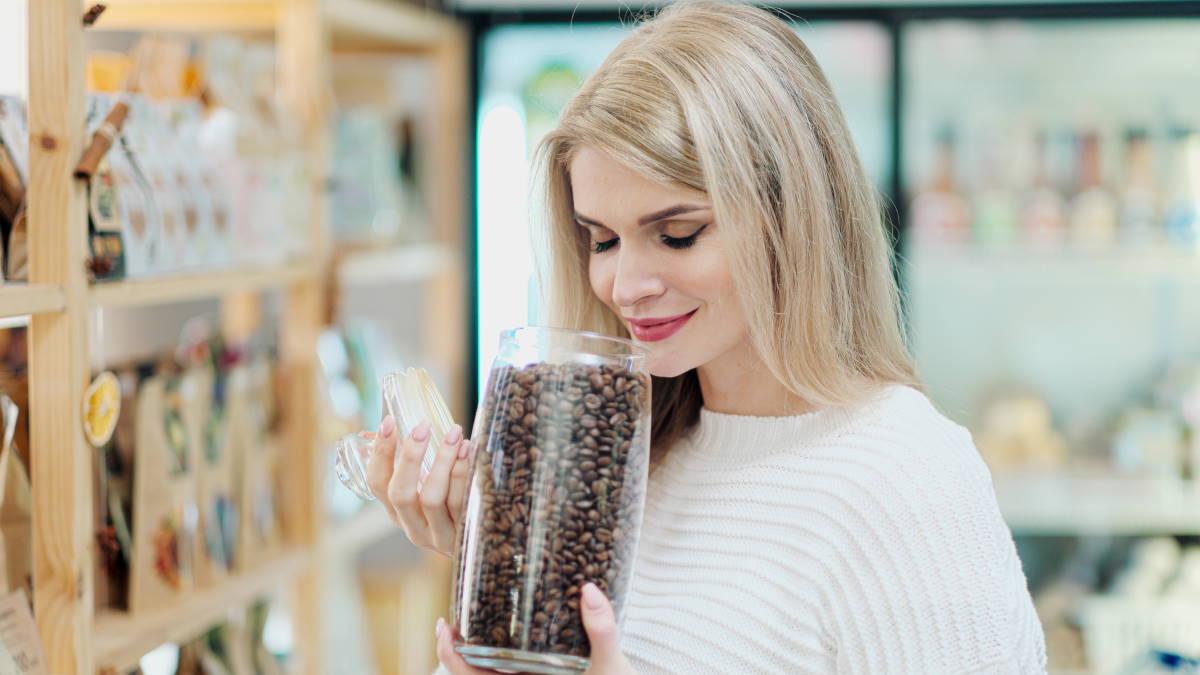Женщина выбирает кофе